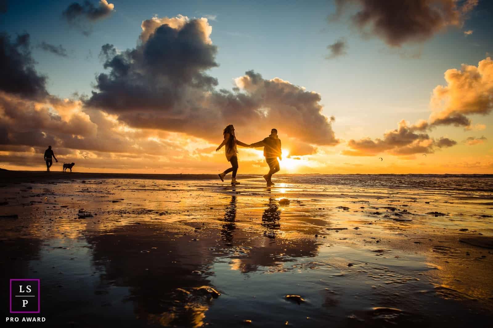 Loveshoot op het strand zonsondergang Martine van der Voort Fotografie